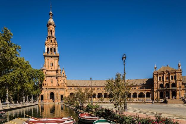 Monumentalny plac hiszpanii. znajduje się w sewilli.
