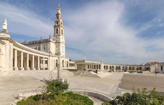 Monumentalny zespół sanktuarium i bazyliki matki bożej fatimskiej.
