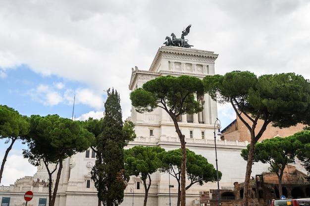 Monumento a vittorio emanuele ii na piazza venizia, rzym, włochy. jak tort weselny, wiktoriańska maszyna do pisania. rzym, włochy