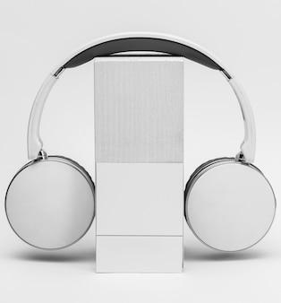 Moodboard w kolorze roku ze słuchawkami