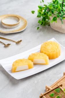 Mooncake budyń to chiński produkt piekarniczy tradycyjnie spożywany podczas święta środka jesieni