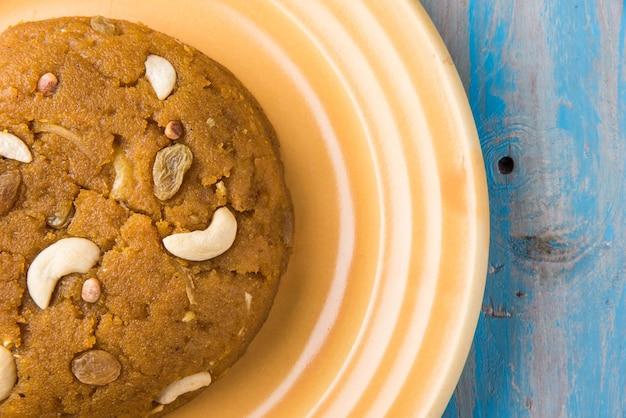Moong dal halwa to indyjska słodka potrawa przyrządzana z zielonego grama bez skórki, ghee i suszonych owoców