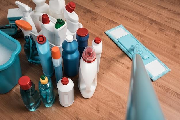 Mop do czyszczenia podłóg i produkty do czyszczenia.