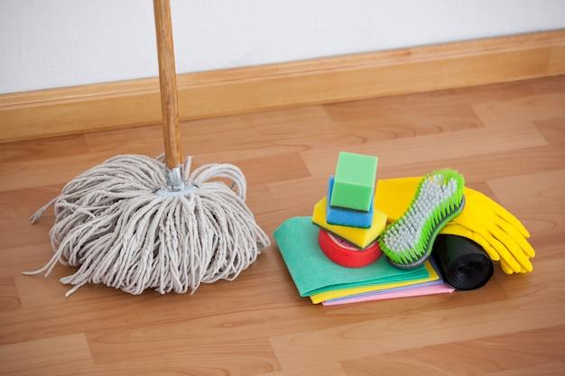 Mop i sprzęt do czyszczenia na drewnianej podłodze