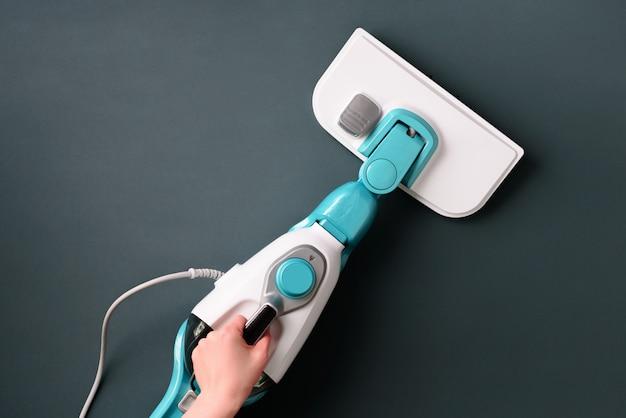 Mop parowy do czyszczenia na szarym tle.
