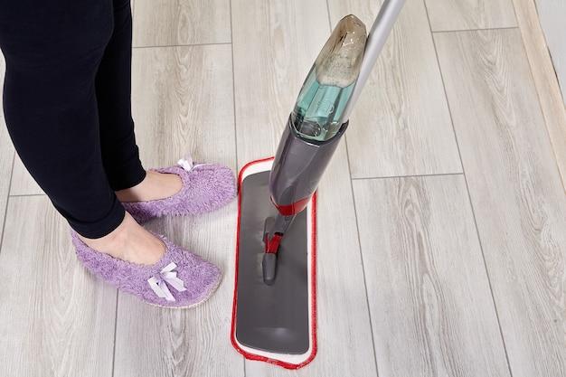 Mop płaski do czyszczenia podłóg ze sprayem i butelką z płynem wielokrotnego napełniania, który jest łatwy.