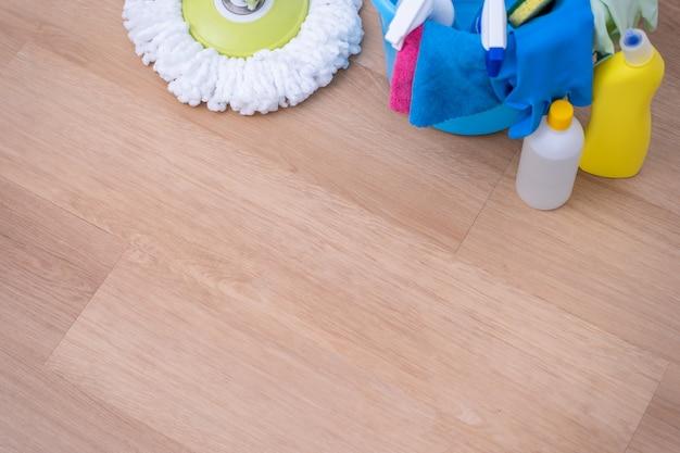 Mop podłogi. młoda kobieta mycie drewnianego parteru w domu z mopem, produkty do czyszczenia narzędzi, koncepcja antybakteryjna, zapobieganie wirusom, zbliżenie.