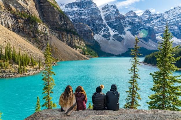Moraine lake rockpile trail w słoneczny letni poranek, turyści cieszą się piękną scenerią. park narodowy banff, canadian rockies, alberta, kanada.