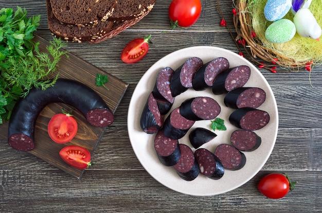 Morcilla - kiełbasa z krwi. kawałki hiszpańskiego czarnego puddingu na talerzu.
