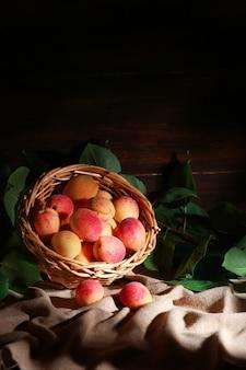 Morele owocowe w koszu, rustykalne, pionowe,