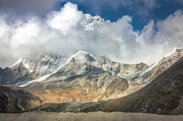 Morena i góry. trasa do bazy pod everestem. park narodowy sagarmatha, dolina khumbu, nepal