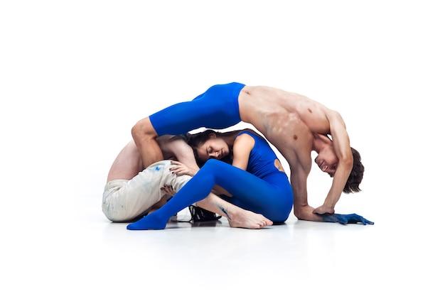 Morska fala grupa współczesnych tancerzy art contemp dance niebiesko-biała kombinacja emocji