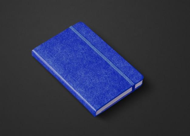 Morska niebieska makieta zamkniętego notebooka na czarnym tle