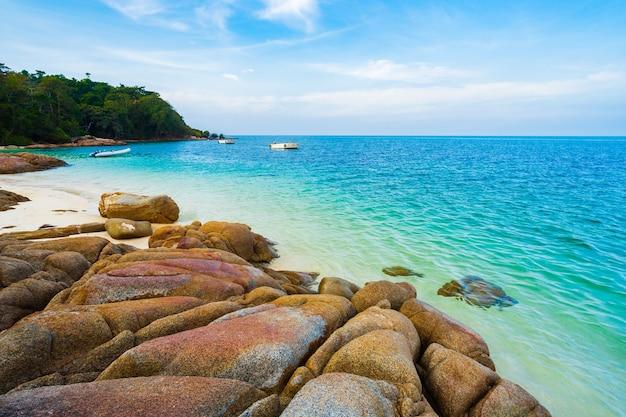 Morska plaża na wyspie koh munnork, rayong, tajlandia