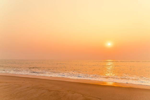 Morska plaża z zachodem słońca
