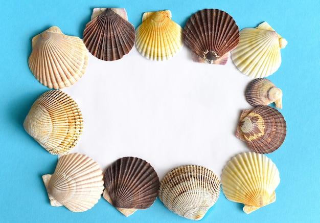 Morska rama wykonana z muszelek japońskich muszelek na niebiesko