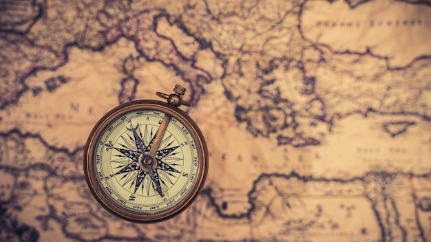 Morski mosiężny kompas na mapie