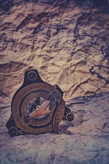 Morski mosiężny kompas na szorstkim papierze