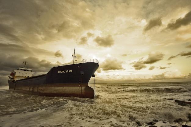 Morskie dzieła sztuki nadmorska depresja chmury