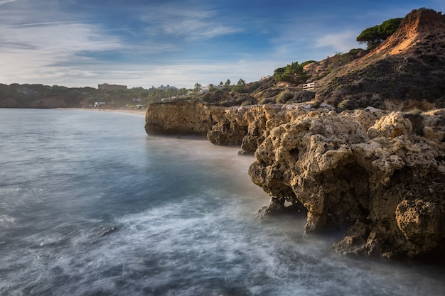 Morskie klify w albufeira i piękna plaża w portugalii.