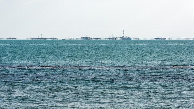 Morskie platformy wiertnicze na niebieskim morzu