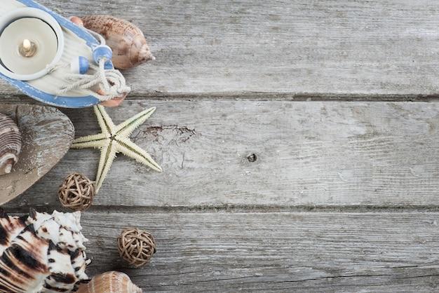 Morskie przedmioty na starym drewnianym tle