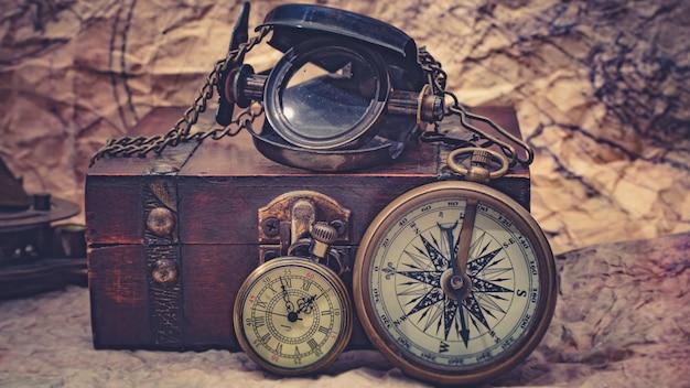 Morskie szkło powiększające i naszyjnik z zegarkiem na mapie