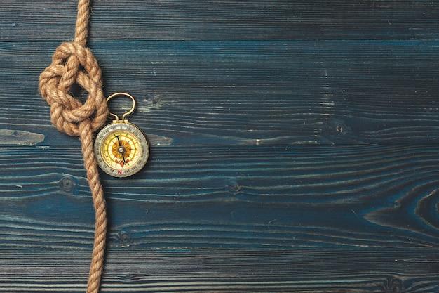 Morskie tło. lina żeglarska z kompasem
