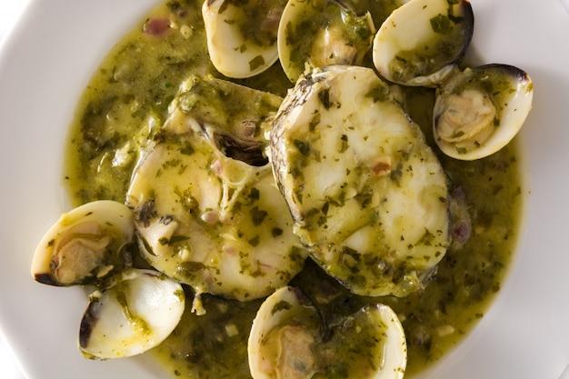 Morszczuk ryby i małże w zielonym sosie typowy hiszpański przepis