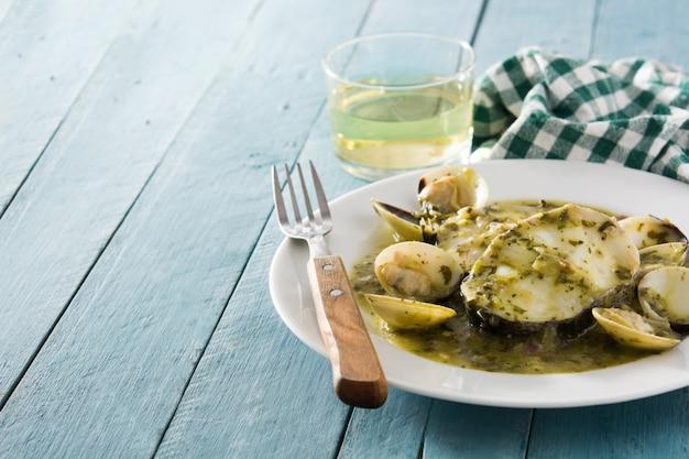 Morszczuk ryby i małże z zielonym sosem