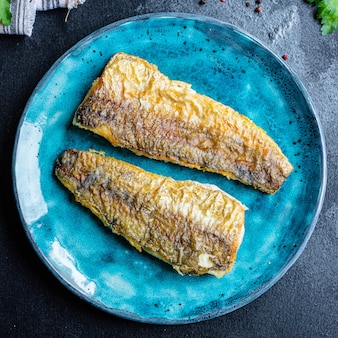 Morszczuk smażona ryba świeże owoce morza porcja drugiego dania