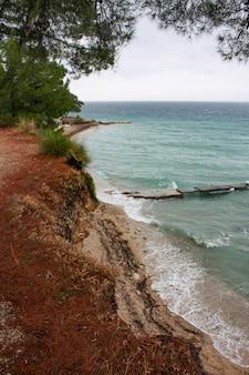 Morze adriatyckie otoczone wyspą brac pod zachmurzonym niebem jesienią w chorwacji