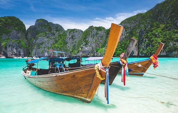 Morze andamańskie wyspa phi phi leh maya i łódź typu longtail z oświetleniem słonecznym.