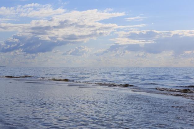 Morze bałtyckie i niebo w chmurach