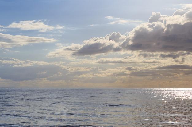 Morze bałtyckie o zachodzie słońca latem