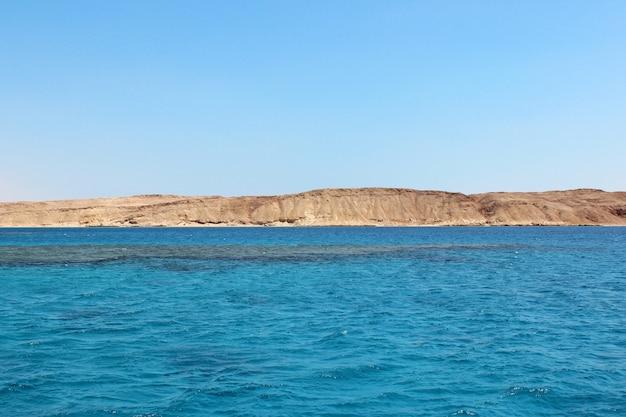 Morze czerwone i wyspa tiran w egipcie. widok morza