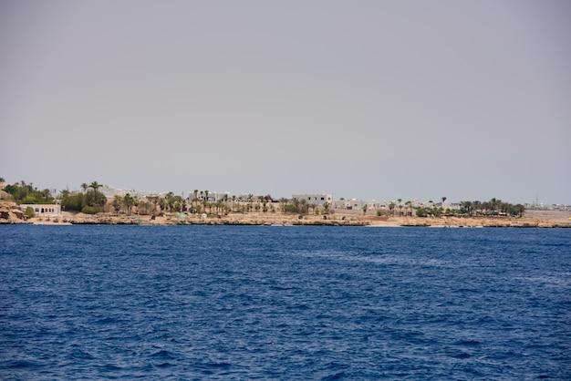 Morze czerwone skały krajobraz w sharm al shaikh egipt.