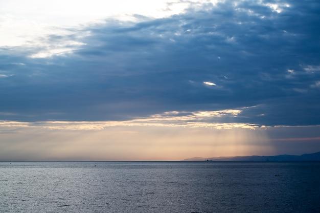 Morze egejskie o zachodzie słońca w grecji