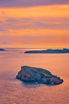 Morze egejskie z widokiem na wyspy na zachód słońca