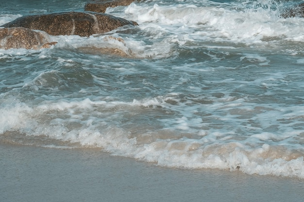 Morze fala z kamieniem na hua hin plaży, prachuap khiri khan, tajlandia. pastelowy ton.