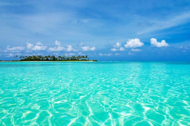 Morze i błękitne niebo. błękitna woda morska i niebo z białymi puszystymi chmurami. horyzontalny tło błękitny morze. tropikalny krajobraz