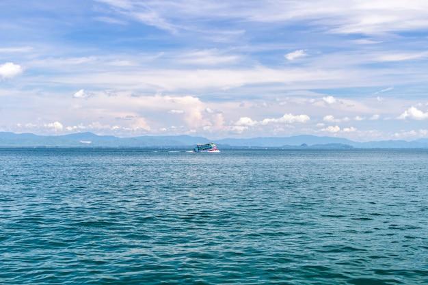 Morze i błękitne niebo z łodzią na letnie wakacje