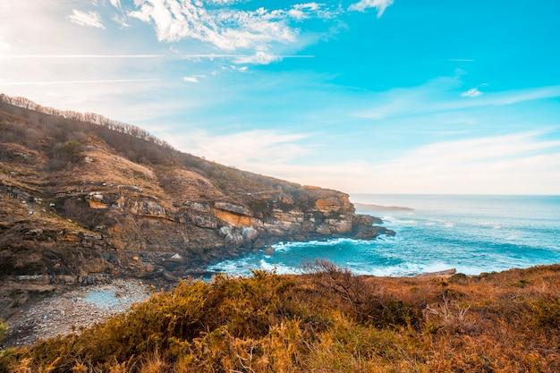Morze i jego okolice na górze jaizkibel niedaleko san sebastian, gipuzkoa. hiszpania