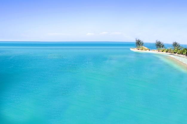 Morze i niebieskie niebo, morze andamańskie, koh lanta, krabi, tajlandia