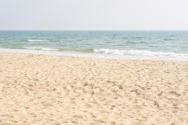 Morze i piasek na tropikalnej plaży na tle wakacji.