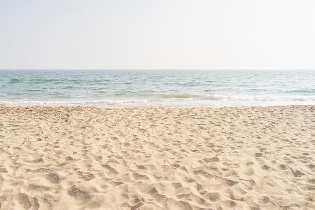 Morze I Piasek Na Tropikalnej Plaży Na Tle Wakacji. Premium Zdjęcia