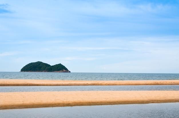 Morze i piasek w przyrodzie krajobrazu tajlandii samila-songkhla, na tle
