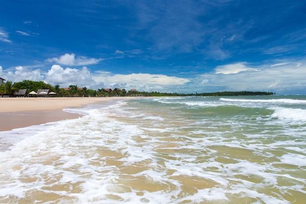 Morze i plaża z czystym niebieskim niebem