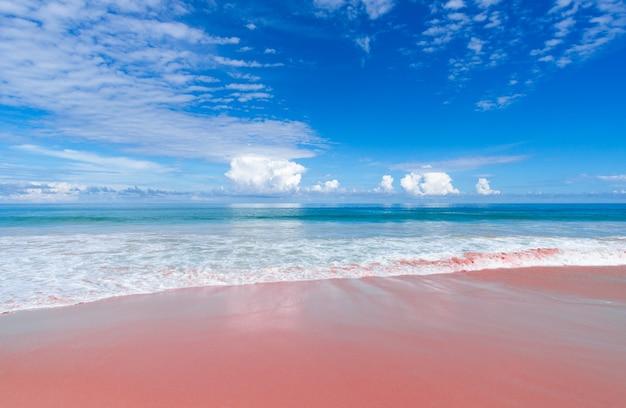 Morze i plaża z różowym piaskiem