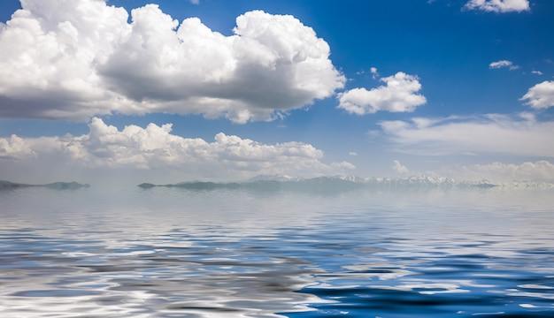 Morze i pochmurne niebo niebieskie